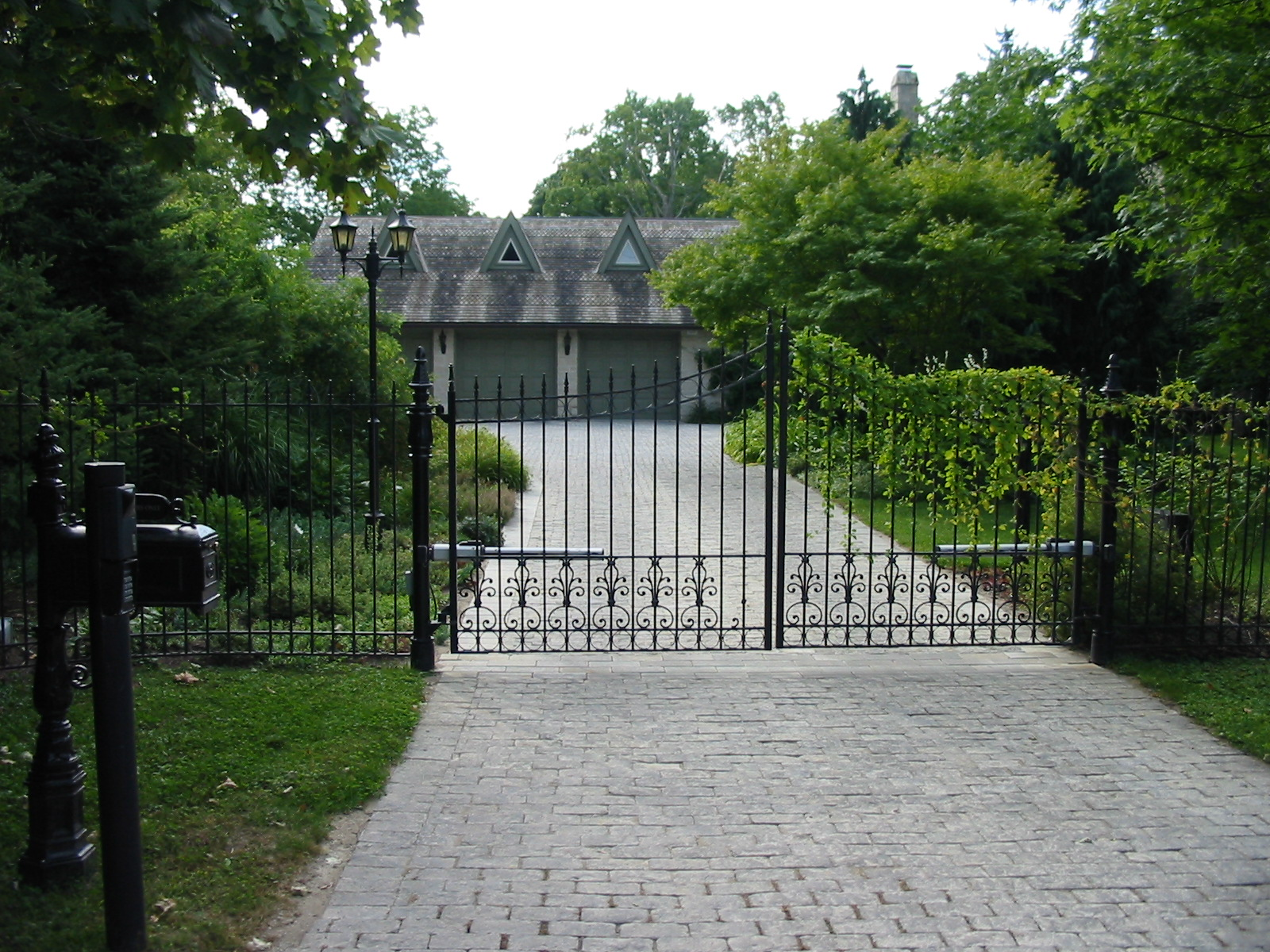 Vehicle entrance with natural stone pavers