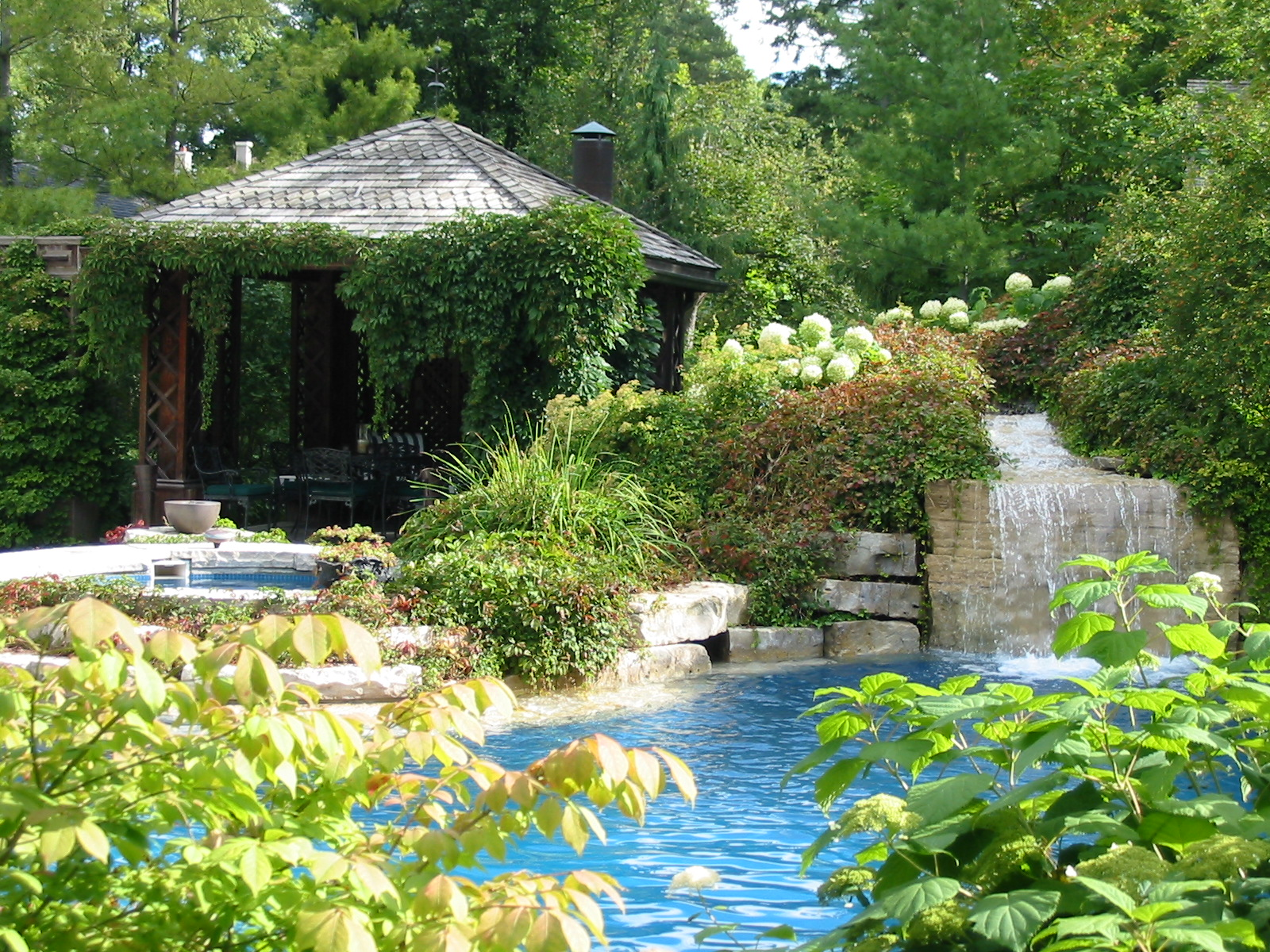 The backgarden pool house and waterfall